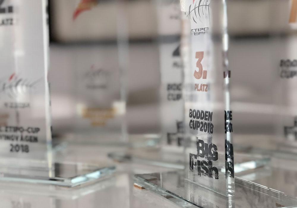Pokale für Angel-Wettkampf nach Corporate Design Relaunch im Bigfish Shop Erkner