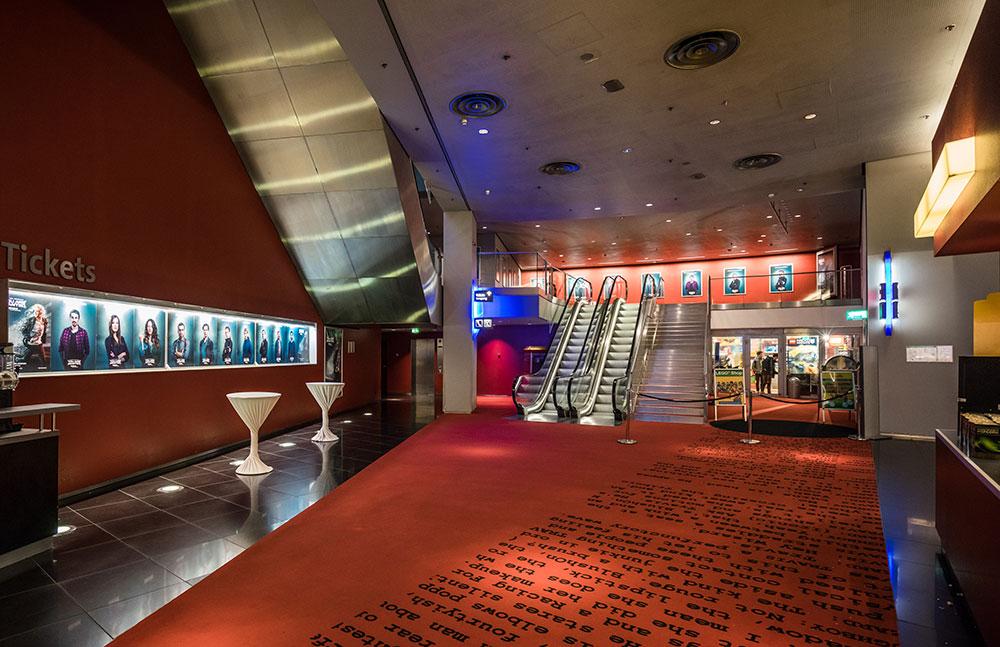 kinopremiere berlin set branding pressewand roter teppich toni garrn mattias schweighöfer interview
